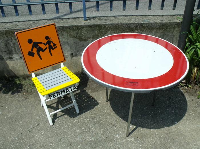 """sedia + tavolino """"urban style"""" con scarti di segnaletica"""