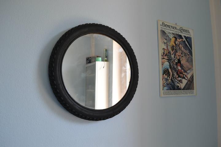cornice specchio con copertone bici